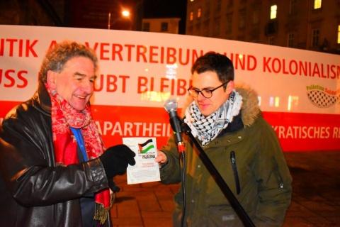 Boris Lechthaler übergibt Marco van Jura eine propalästinensische Single von 1989, die von den Grünen unterstützt wurde.