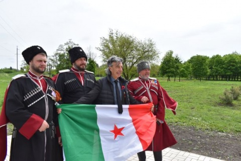 Anti-fascists unified: Cossaks with Italian partisan flag