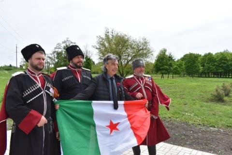 Im Atifaschismus vereint: Kosaken mit der italienischen Partisanenfahne