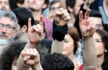 Wilde Mischung: Handzeichen der Grauen Wölfe (zweites von links)